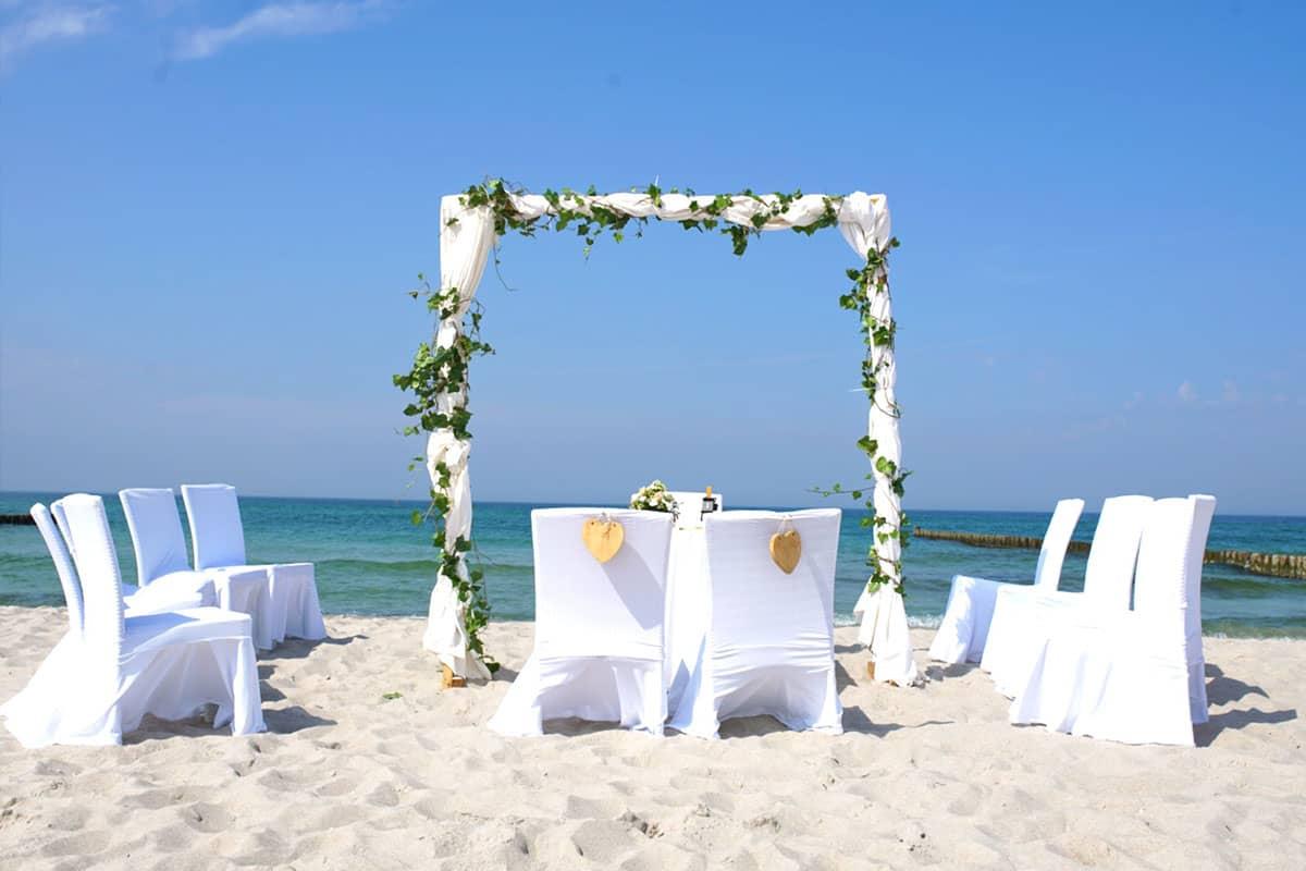 Feiern Sie den schönsten Tag Ihres Lebens bei einer Traumhochzeit am Strand, im Garten oder auf der Dachterrasse mit spektakulären Blick auf das Meer.