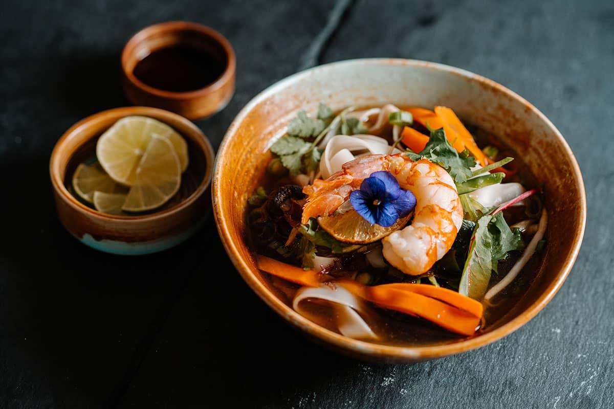 Asia meets Ostsee im #herrhoshi: Genießen Sie eine aufregende Mischung aus panasiatischen Spezialitäten und deutschen, regionalen Gerichten.