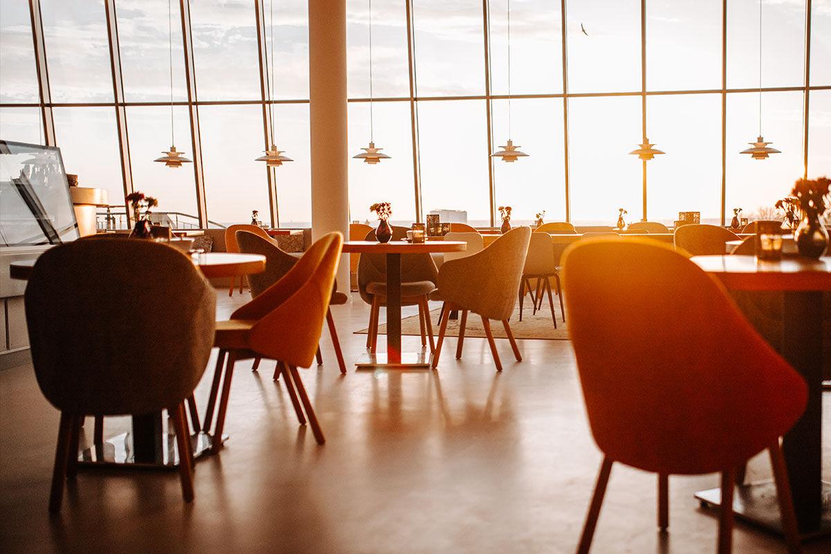 Lassen Sie sich im Café und Bar VIEW mit Leckereien aus der hauseigenen Patisserie verwöhnen und genieße Sie dabei den spektakulären Panoramablick auf die Ostsee.