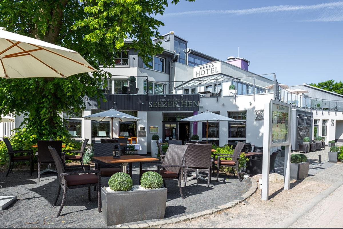 Schon früher war das KÜNSTLERQUARTIER SEEZEICHEN ein Ort des Zusammenkommens für Künstler und Fischer und auch heute besticht das Hotel mit seinem besonderen Charme.