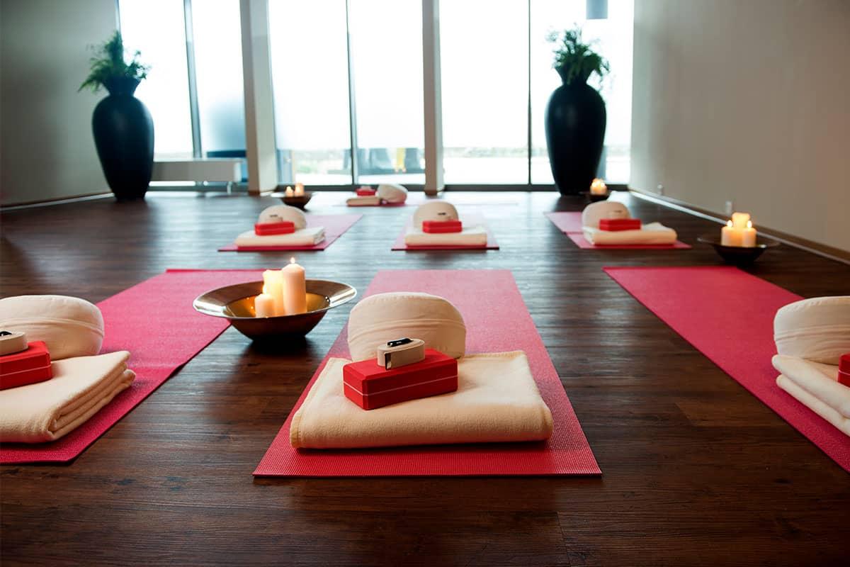Egal ob in unserem gemütlichen Yogaraum, am Strand oder auf der Sonnenterrasse, wir machen Sie bei einer persönlichen Yogaeinheit fit.