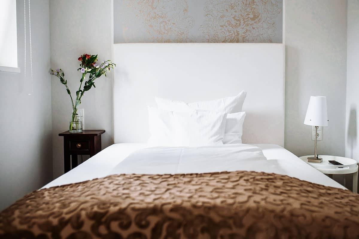 Die elegant und stilvoll eingerichteten Einzelzimmer verfügen über ein französisches Bett und laden voll ausgestattet zum Relaxen ein.